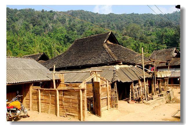 """描述:布朗族的民居与傣族民居相似,一楼一层的全木""""杆栏式""""建筑,非常图片"""